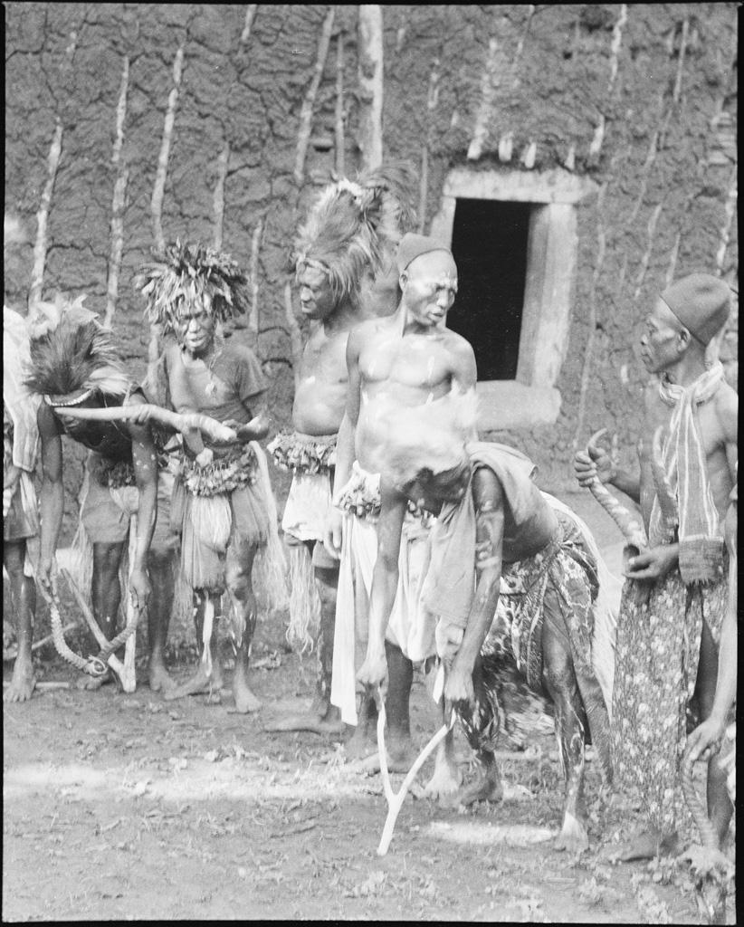 Société des Mandjous se préparant à la danse du Kan