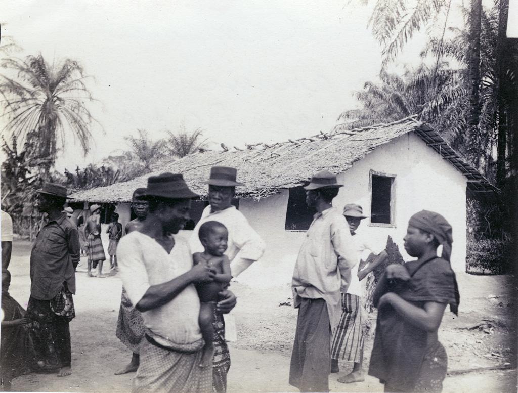 Sortie d'un culte de village, dans une station annexe au pays Bassa
