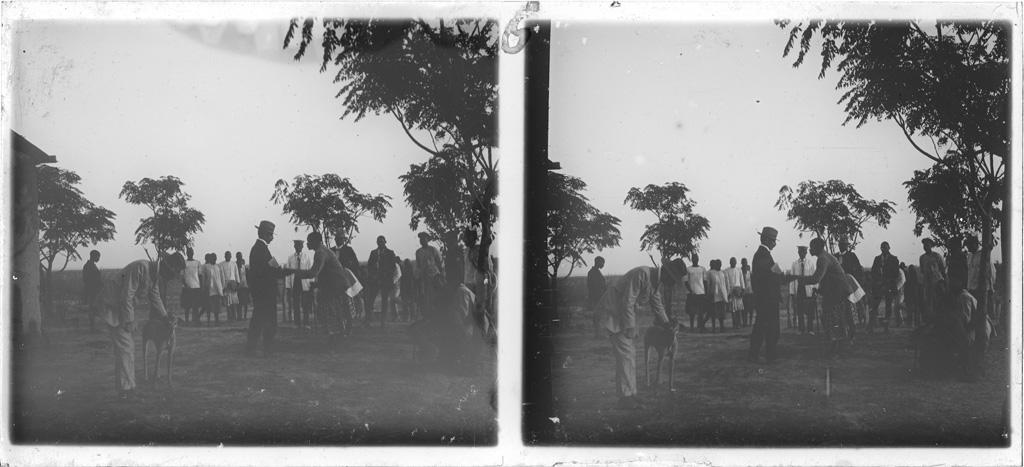 Sortie de culte, le missionnaire Brummer serrant la main du chef, plaine du Borotsé