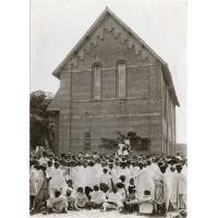 Sortie de l'école primaire supérieure de la Mission Protestante Française