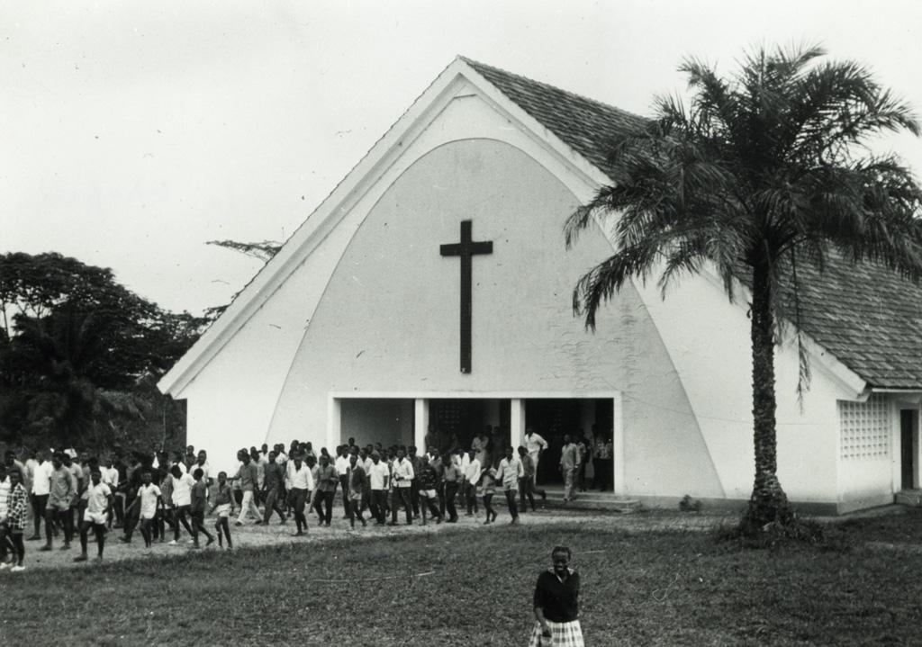 Sortie de la chapelle de Libamba