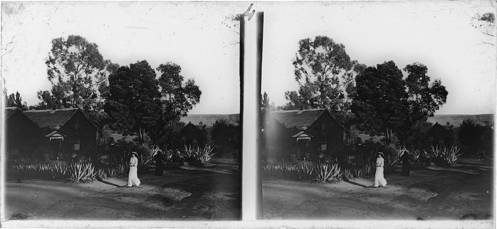 Station missionnaire de Morija : Une chaumière avec Mme Guiton en blanc et Adolphe Mabille