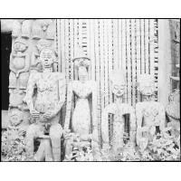 Statues aux effigies des chefs
