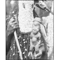 Statuette fétiche, portée par un Kounga en habit de danse