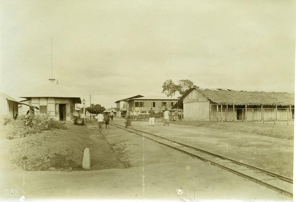 Strasse in Durbu mit Eisenbahngeleise