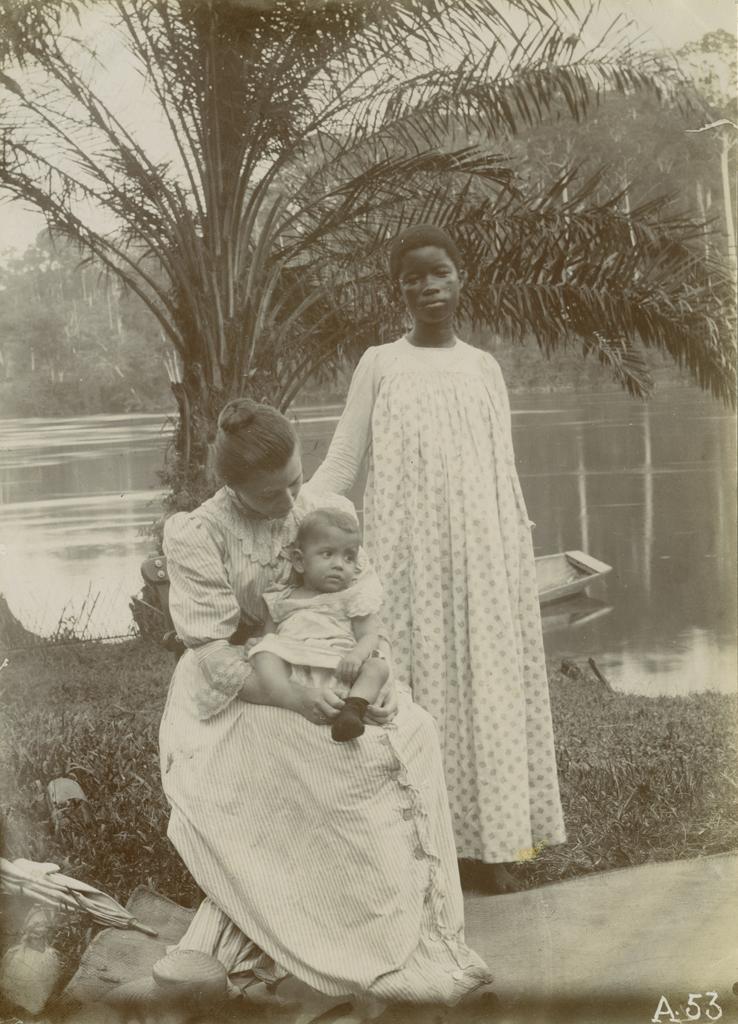 [Suzanne Allégret avec son fils Jean et une jeune Gabonaise, Akeremanga]
