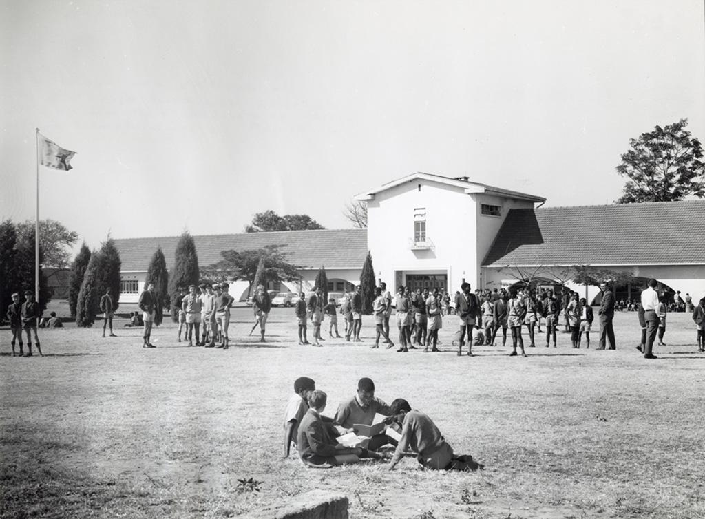 Système d'éducation non-racial comprenant des écoles payantes et gratuites, mis en place en Zambie en 1964