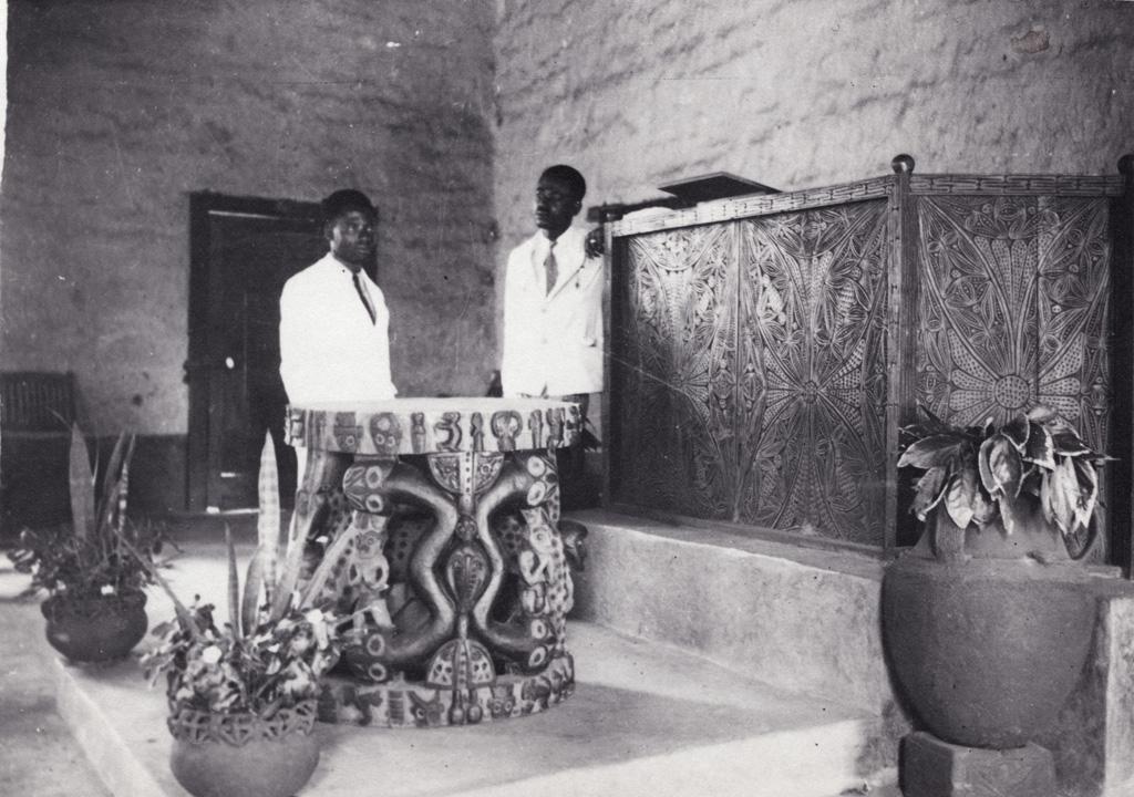 Table et chaire de l'église de Foumban