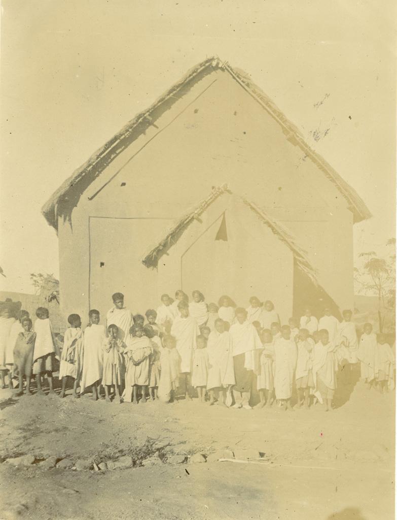 Temple de Tsisangaina avec groupe d'enfants