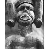 Tête d'homme, chambranle sculpté et vieilles traces de peinture