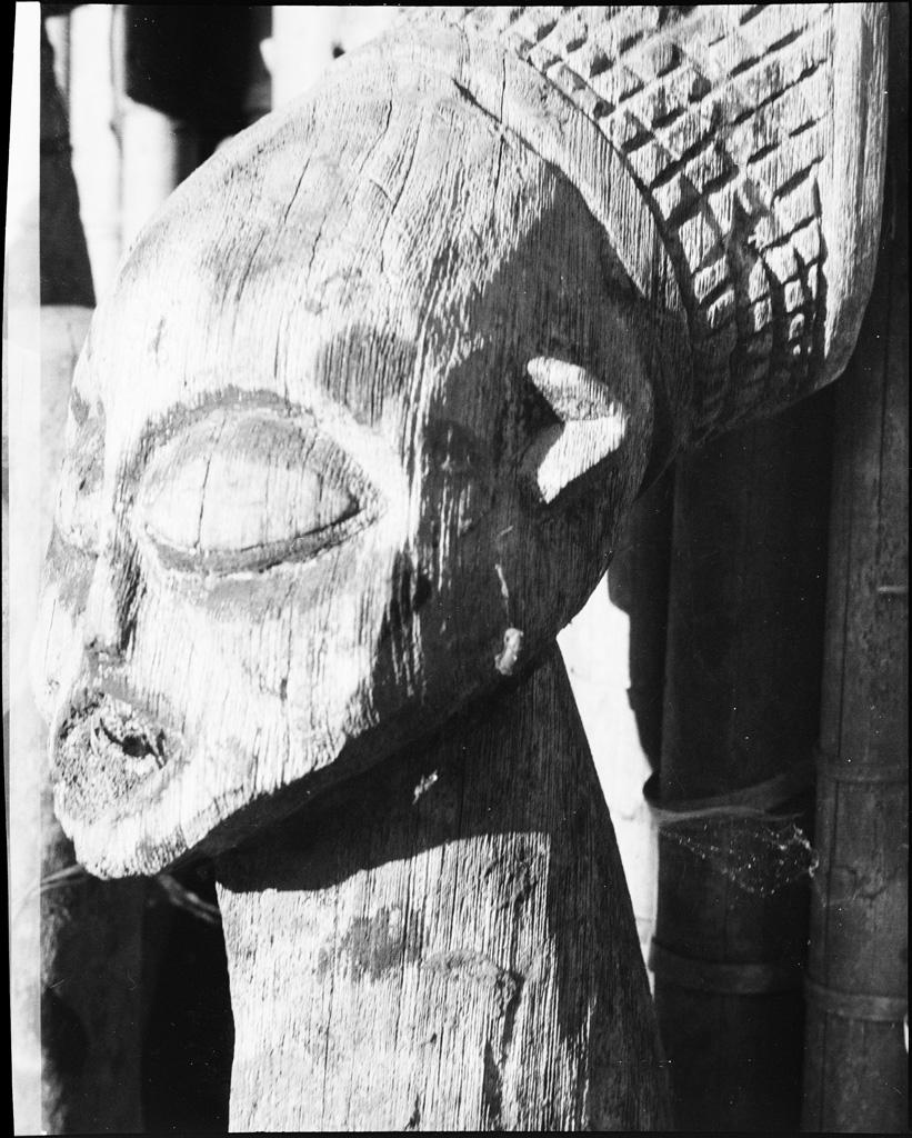 Tête de statue de chef en bois