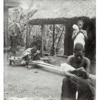 Tisserand et fileuse à Foumban et deux jeunes gens