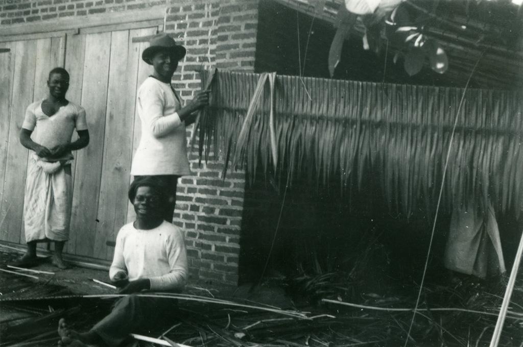 Travail de pailles pour les toitures