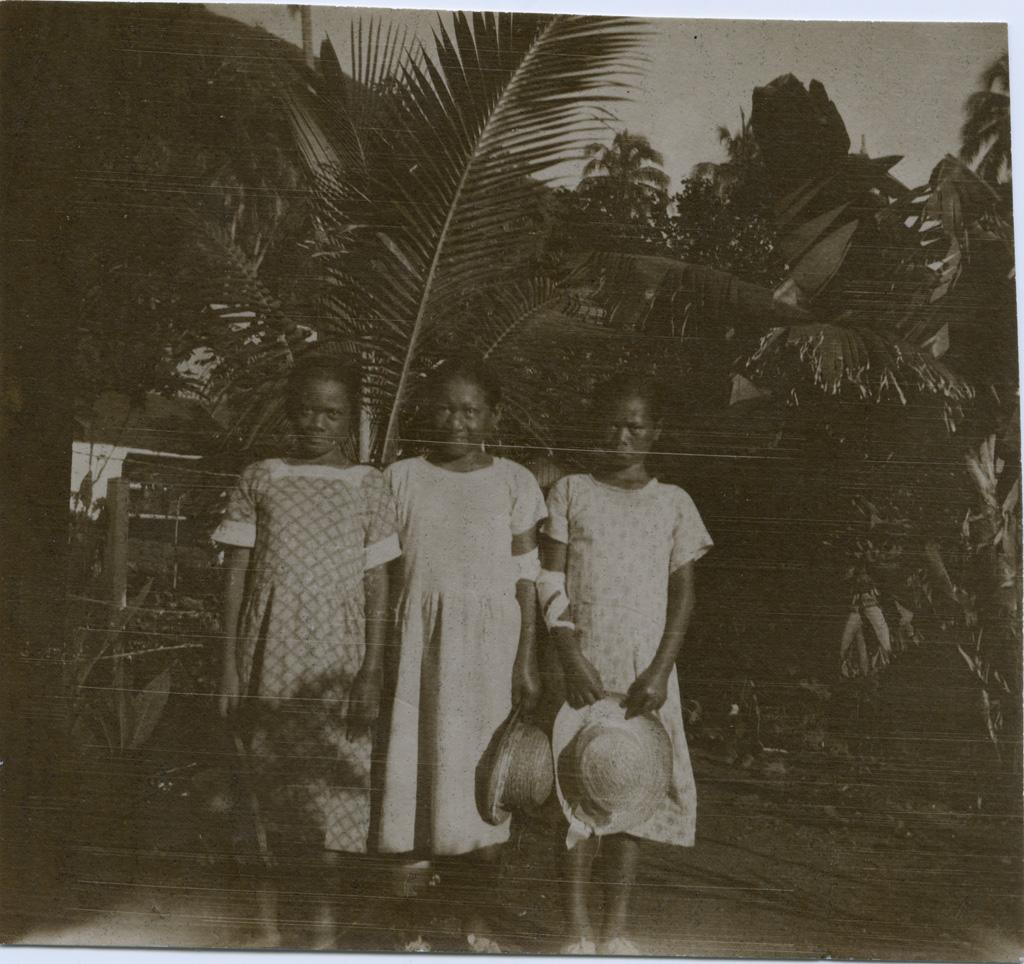 Trois fillettes lépreuses