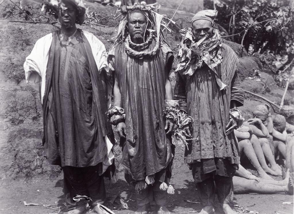 Trois hommes en deuil pendant les funérailles de Ne Njapdnunke