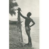 Un Tahitien et son filet de pêche