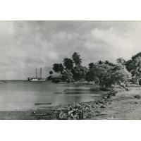Un bateau arrivant sur l'île Raïatea