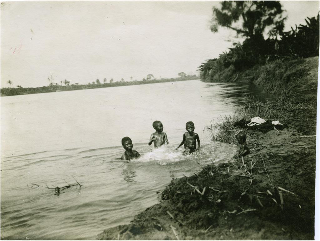Un beau moment de la journée, bain dans le fleuve Wouri