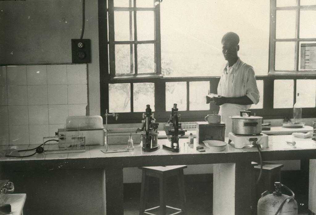 Un coin du laboratoire de Ndoungue / Jean Cabrol (1956/1961)