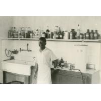 Un élève devant les produits chimiques, Ndoungue