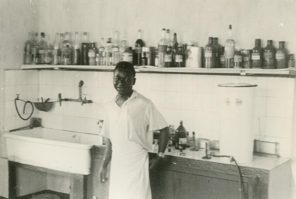 Un élève devant les produits chimiques, Ndoungue / Jean Cabrol (1956/1961)