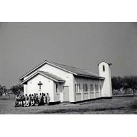 Un groupe devant l'église Saint Paul, une des églises de l'Eglise Unie de Zambie