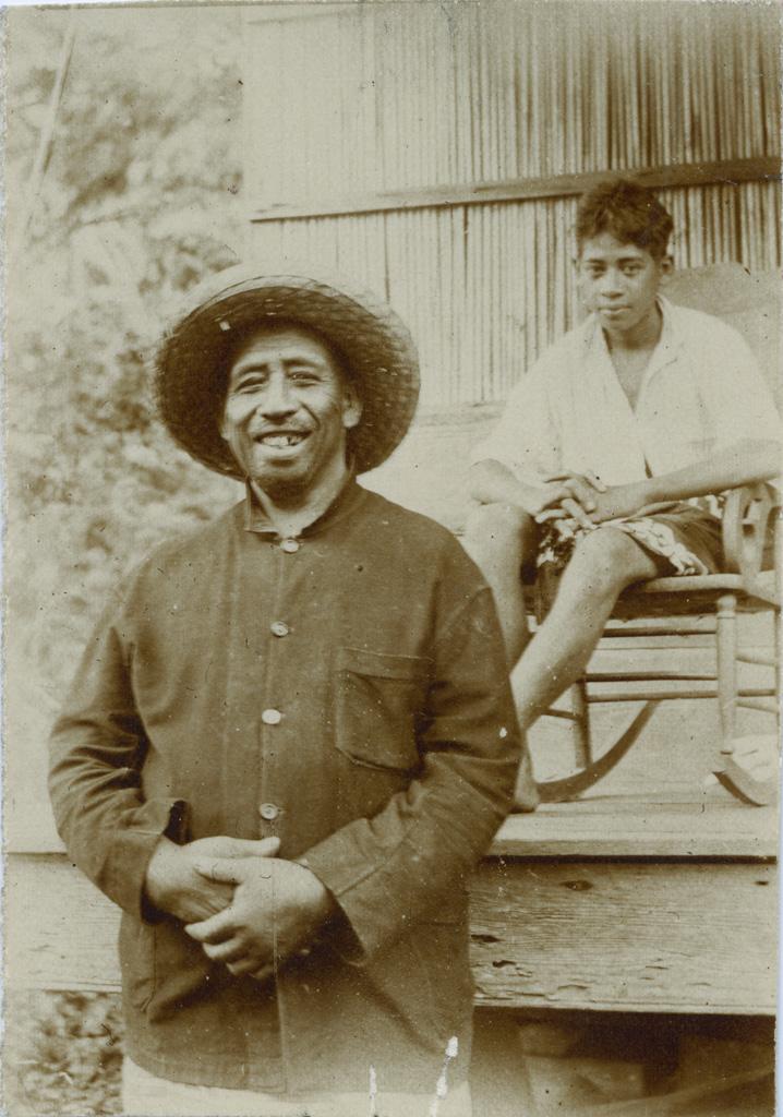Un habitant de Moorea et son petit-fils