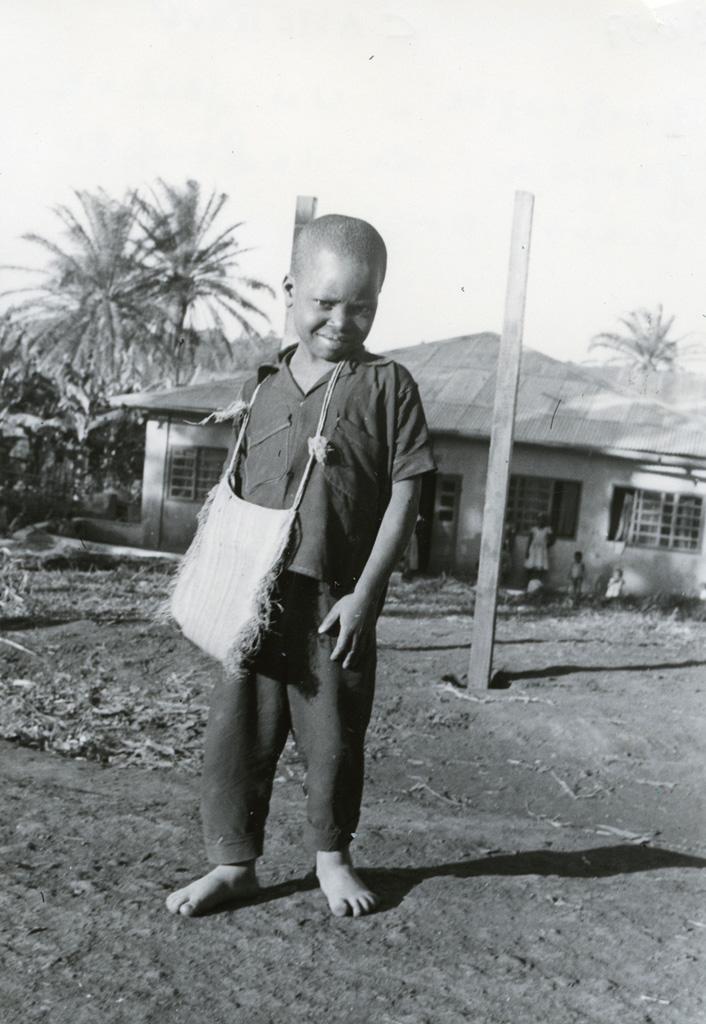 Un jeune garçon de la pouponnière, orphelinat