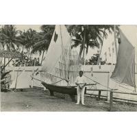 Un lépreux, devant le bateau qu'il a construit