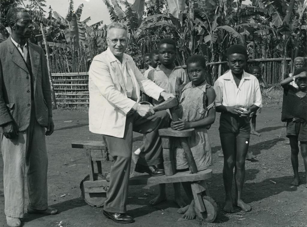 Un missionnaire intégré (Mikolasek) expérimente le nouveau moyen de locomotion de fabrication de la jeune église. La joie règne !