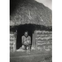 Un vieux lépreux devant sa case