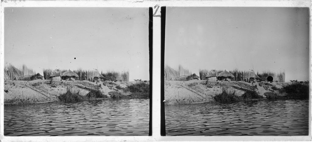 Un village zambézien sur une berge du fleuve