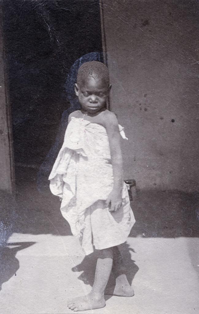 Une enfant avec sa poupée dans le dos