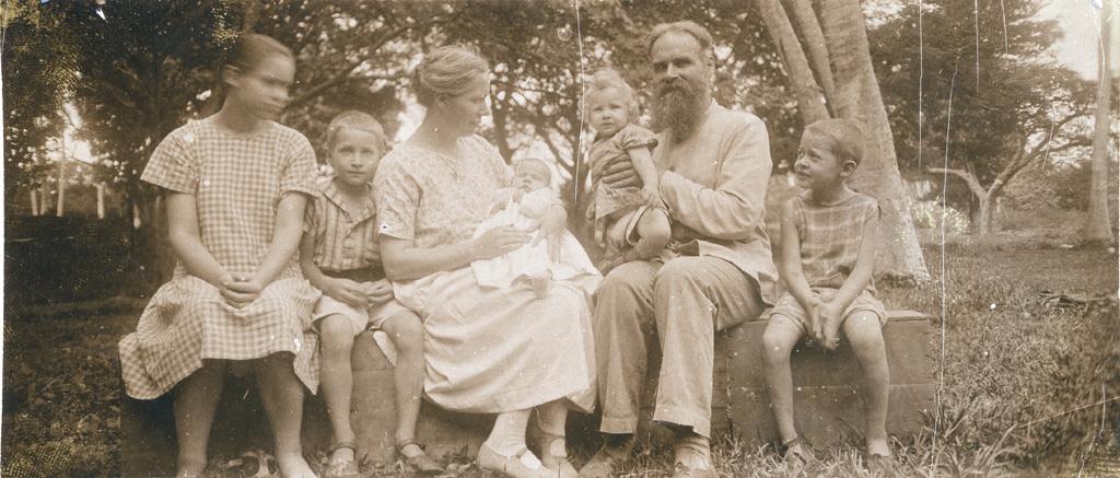 Une famille de missionnaires : Mr et Mme Seigneur et leurs enfants