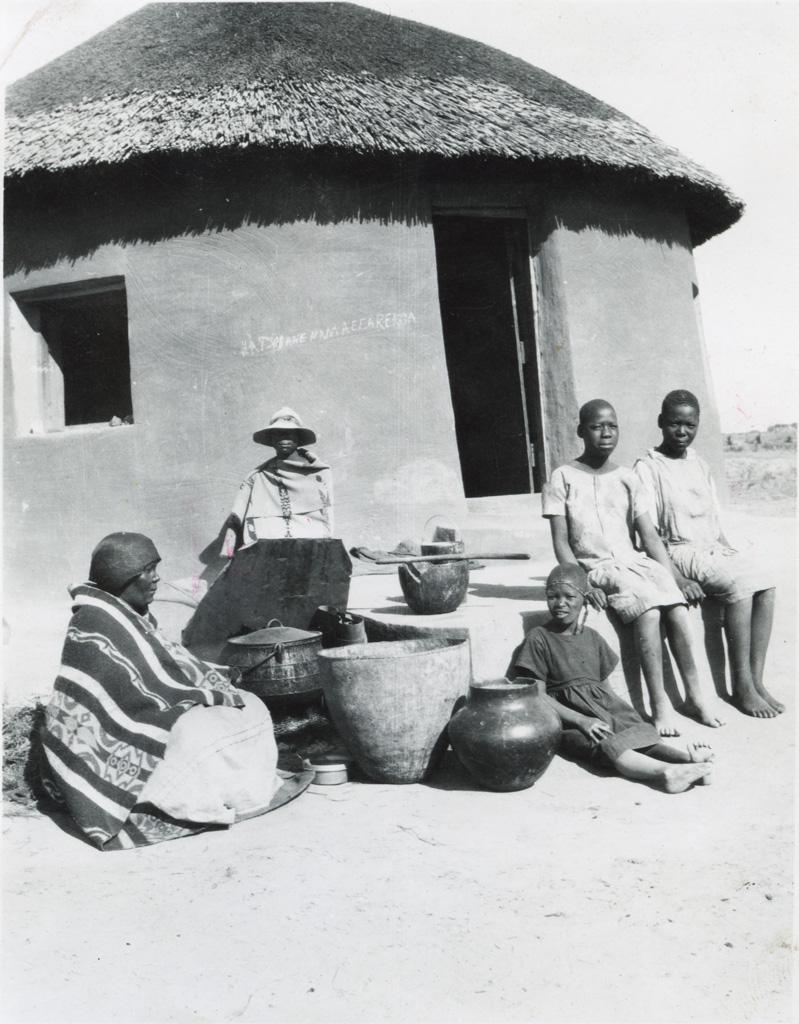 Une famille devant sa case