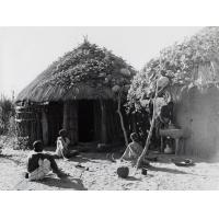 Une famille zambézienne devant sa case