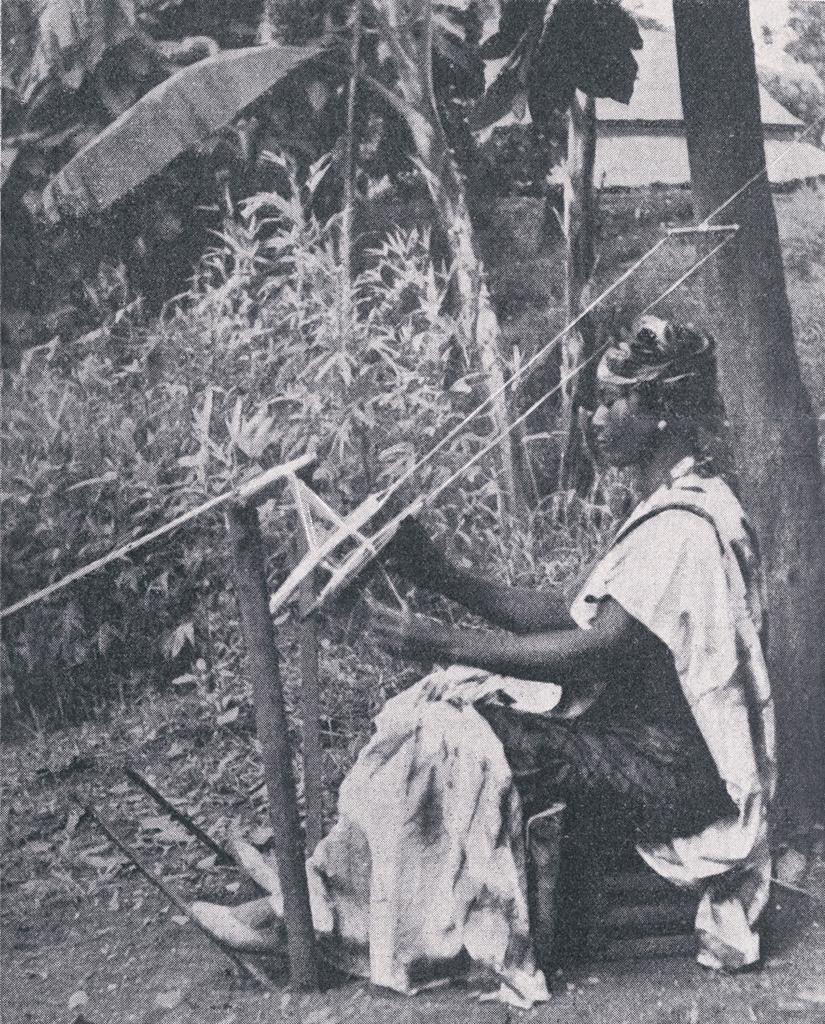 Une femme Bamoun devant son métier à tisser