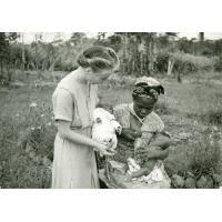 Une femme Fang donne de son lait pour le minuscule prématuré (1400 grammes)