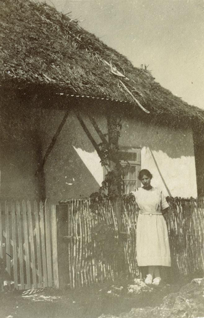 Une femme devant un bâtiment du dispensaire protestant de Moria