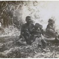 Une femme indigène et ses enfants