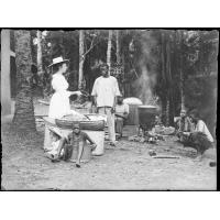 [Une femme missionnaire avec un enfant et de jeunes africains, probablement en train de cuisiner]