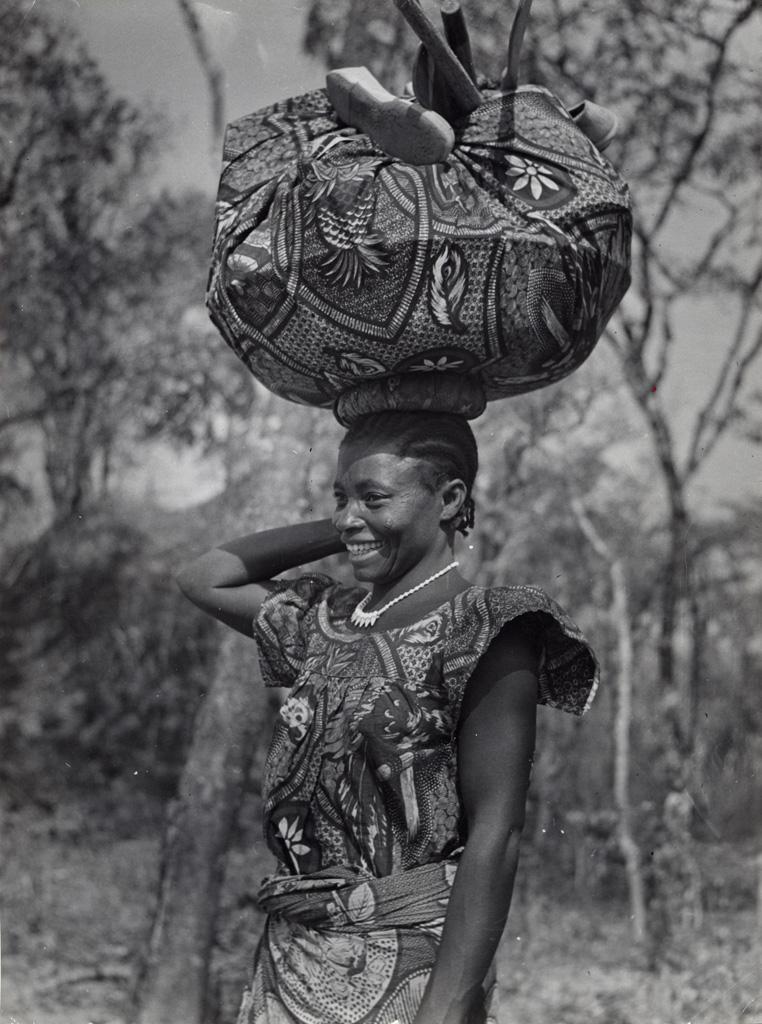 Une femme portant un panier sur sa tête