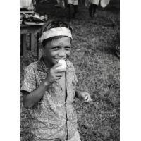 Une jeune écolier, un jour de fête
