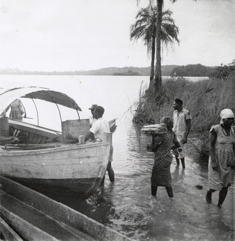 Une tournée du lac Azingo (Lambaréné), chargement de la pinasse qui transporte le missionnaire