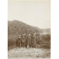 Une visite de la brousse, vieux chef avec ses trois femmes