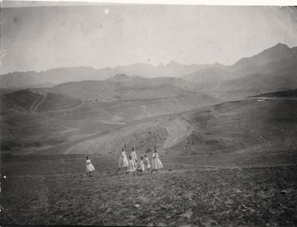 Vallée de l'Ouest de Lekholhong, les enfants venant à l'Eglise ; c'est par cette vallée qu'on va à Mpharané, à 15km environ, la route est visible un peu à gauche de la photo