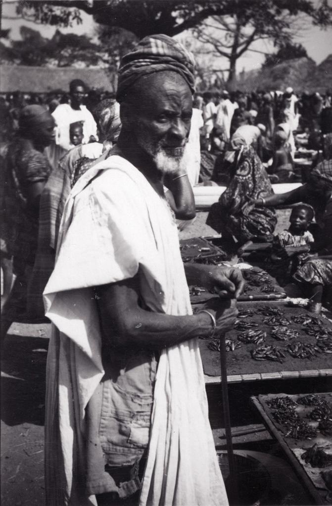Vieillard Bamoun au marché / non identifié (circa 1950)
