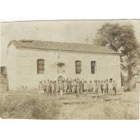 Vieille église grecque bombardée pendant les guerres balkaniques, groupe général à la sortie d'un culte : 13 Tahitiens, 13 Malgaches, 13 Français