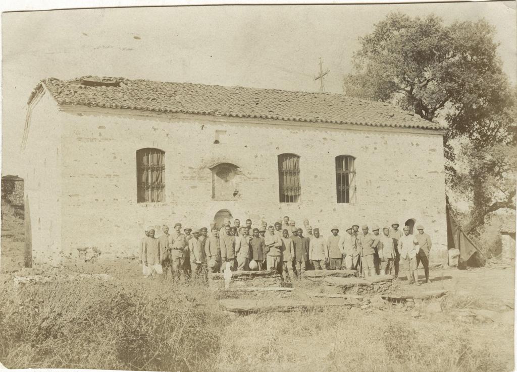 Vieille église grecque bombardée pendant les guerres balkaniques, groupe général à la sortie d'un culte : 13 Tahitiens, 13 Malgaches, 13 Français / Arthur Lafont (07/10/17)