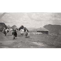 Village de la 'chefesse' du district Likhoele, au loin les Maloutis